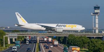 Boeing 777 rollt über die Autobahn