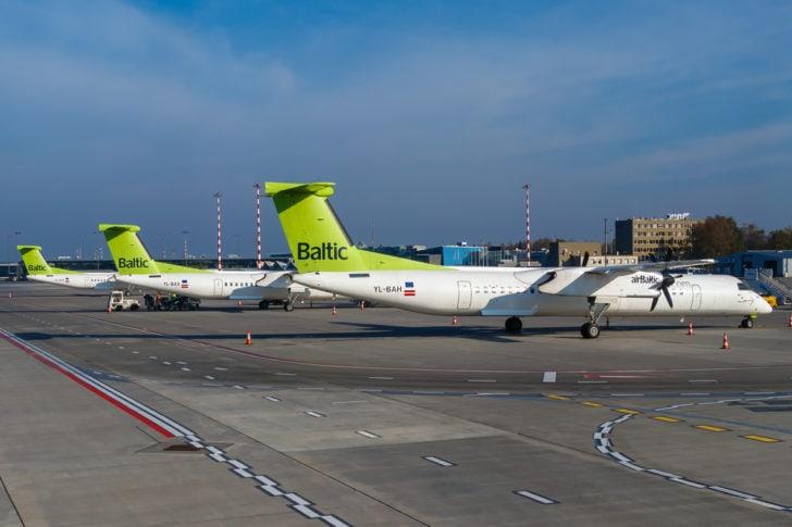 Drei Dash 8 auf dem Flughafen Riga