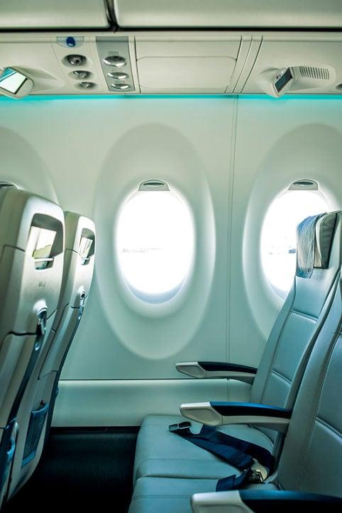 Sitzreihe mit Fenster